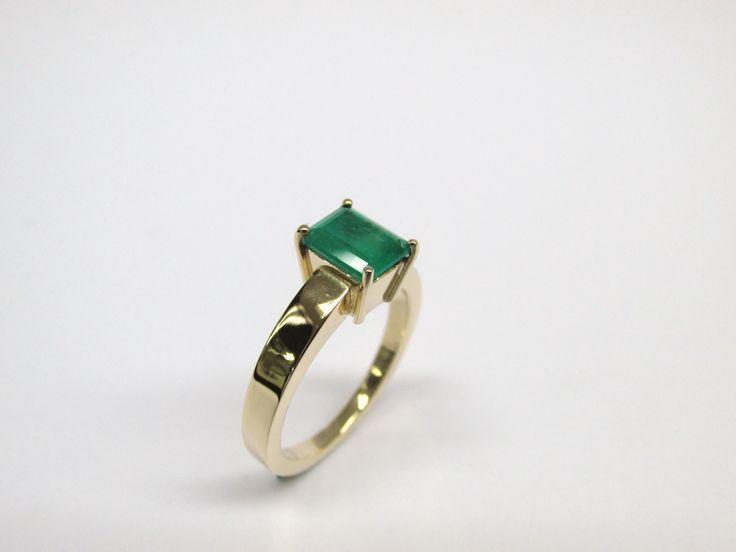 Sofisticado, elegante anillo en oro de 18k con esmeralda, fabricado a mano  R810-2 Joyas Marcel Duran Joyeros, Bogotá. Duran Joyeros Bogota #anillos #hechoamano #joyeria #hermosasjoyas #Colombia #oro #duranjoyerosbogota #compracolombiano #esmeralda