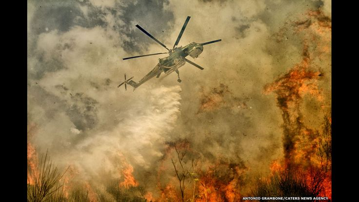 El fotógrafo italiano Antonio Grambone se acercó a las llamas para captar imágenes de incendios forestales en el parque nacional de Cilento y Vallo di Diano, en la provincia de Salerno, en el sur de Italia.