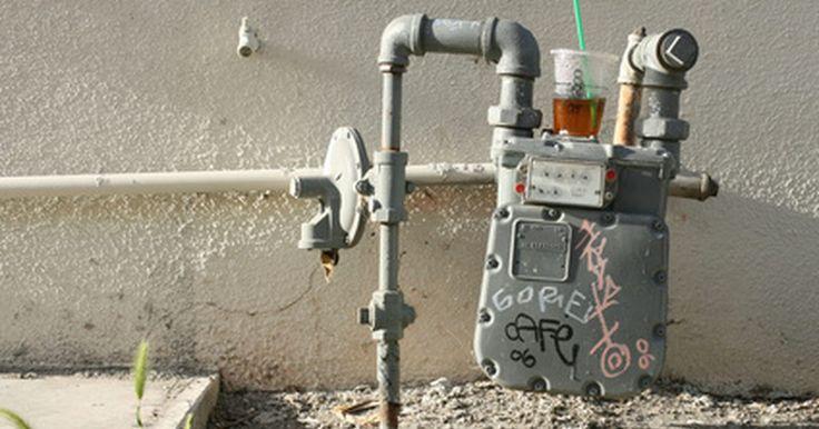 Cómo saber si tu medidor de agua esta roto. Los medidores de agua miden el uso de la misma en un lugar particular, tal como un edificio de oficinas o en el hogar. La fuerza del agua que entra en el edificio en medidor, gira el dial que mantiene un recuento del uso. Si recibes una factura de agua que parece demasiado alta, lo más probable es que no sea un medidor defectuoso, si no una fuga o ...
