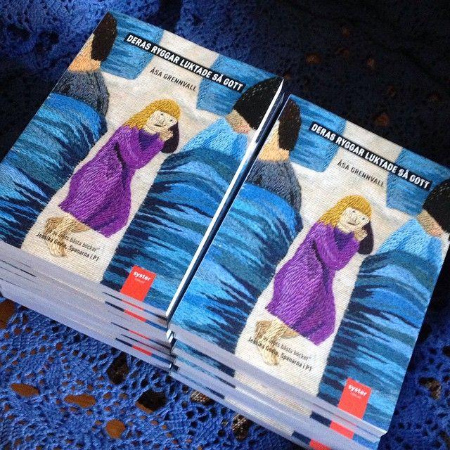 Direkt från tryckeriet, nu är den här: Deras ryggar luktade så gott - i storpocket! Mjuk och fin. Beställ från systerforlag.tictail.com eller de andra bokkanalerna. #derasryggarluktadesågott #pocket #åsagrennvall #systerförlag