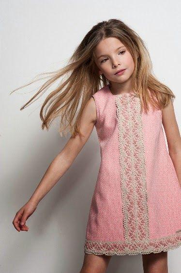 Vestido rosa con adorno camel