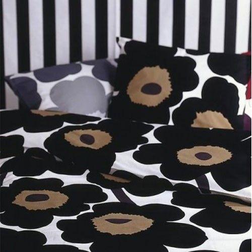 Housse de couette Unikko 200 x 200 cm / noir et blanc. http://www.uaredesign.com/housse-couette-unikko-200-marimekko-noir.html #design #decoration #bedroom #bed #lit #chambre #marimekko @marimekkoglobal