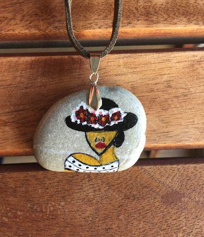 Şapkalı Kadın Figürlü Taş Boyama Kolye... Yaz aylarının renklerine ve dokularına sahip olan bu taş kolye, tarzınızı tamamlamanızı ve farklı bir dokunuş katmanızı sağlayacak.