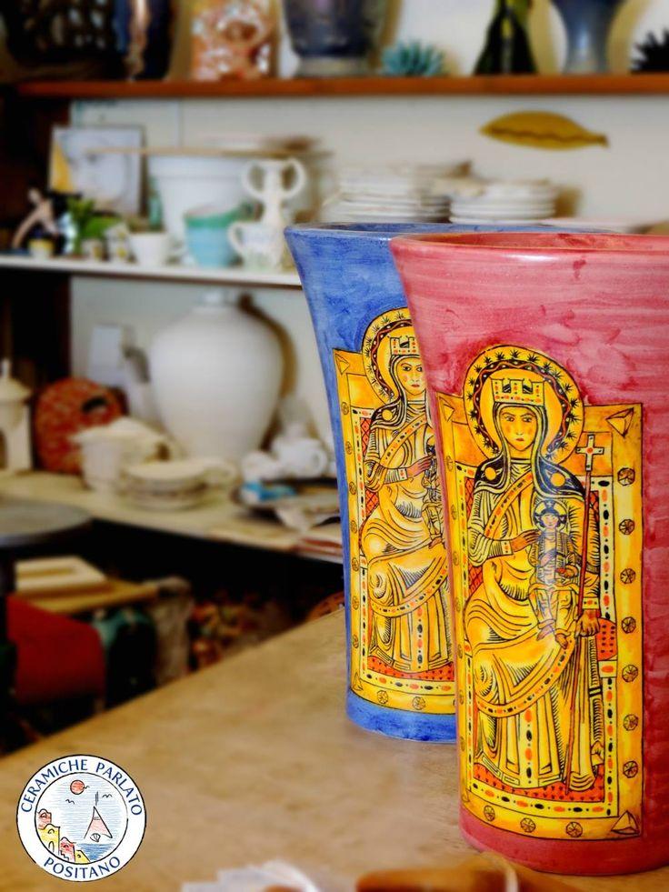 Tra un orcio con decoro frutta, un cachepot invietrato, un vaso artistico intagliato ... nasce anche ... =) http://www.ceramicpositano.com/