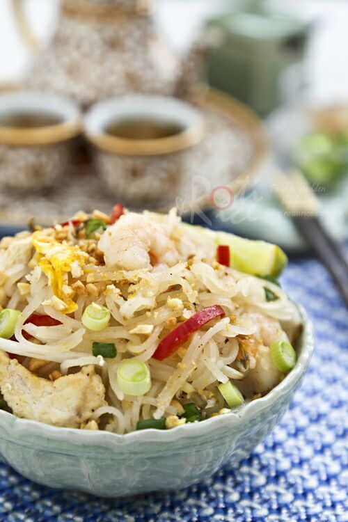 Cook your own Pad Thai at home. This tasty version comes with chicken, shrimps, egg, bean sprouts, and peanuts. | Roti n Rice