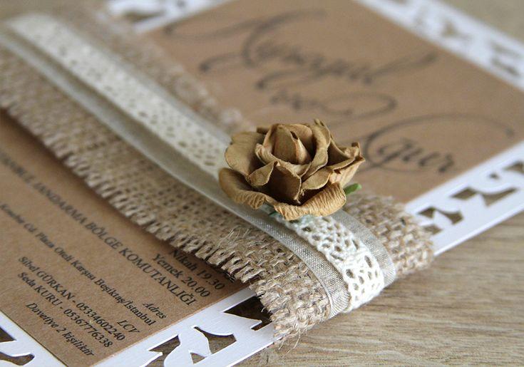 """Lovely Colors // Yaprak motifli lazer kesimi, dantel ve çiçek süslemesiyle rustik temalı düğünler için özel bir davetiye """"Vineyard Ceremony"""" // wedding invitations: Vineyard Ceremony. Natural burlap & organza ribbon & cotton lace & craft color flower & laser cut // düğün davetiyeleri: natürel çuval kumaş & organze kurdele & pamuk dantel & kraft renk çiçek & lazer kesim"""