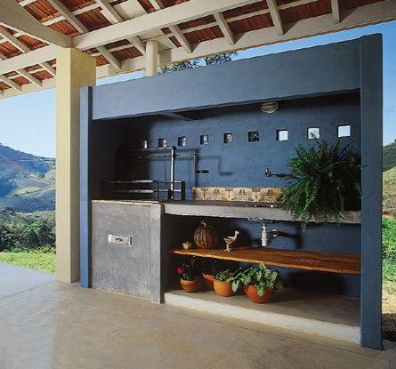 Neste projeto do arquiteto Jorge Rappoport, uma parede foi erguida para proteger a churrasqueira, mantendo o ambiente livre e aberto.