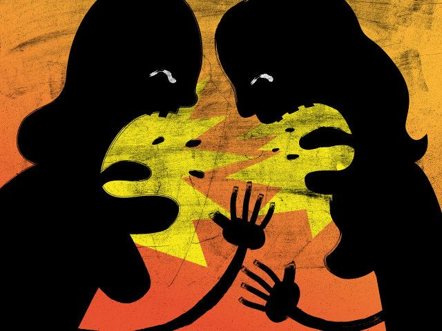 Αυτός ο άρρηκτος δεσμός μάνας – κόρης κρύβει ένα πλέγμα συναισθημάτων που αλλάζει αποχρώσεις και μορφές ανάλογα με τις διεκδικήσεις της καθεμιάς..