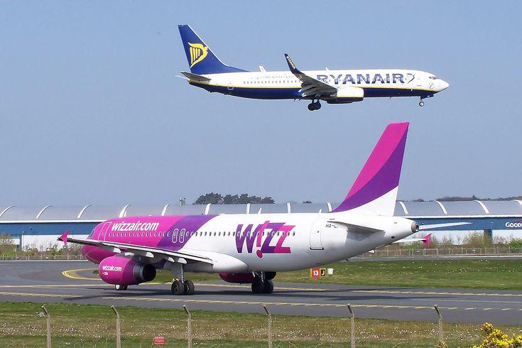 """<p>Viajar+de+avião+pela+Europa+pode+ser+muito+barato,+se+você+souber+onde+procurar.+Na+Europa+existem+muitas+companhias+low-cost.+Se+você+não+se+importar+em+viajar+sem+muita+bagagem,+pode+conseguir+trechos+a+preços+muitos+baixos,+como+Londres-Barcelona+por+15+euros+ou+Paris-Roma+por+10+euros.+Mas+abra+o+<a+class=""""moretag""""+href=""""http://www.sosviagem.com.br/pratica/aereo/passagens-baratas-na-europa/"""">[leia+mais]</a></p>"""