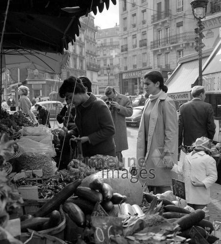 Markt in der Rue Mouffetard in Paris, 1967 Juergen/Timeline Images #Atmosphäre #atmosphärisch #Design #Designkonzept #Farben #Konzept #kreativ #Kreativität #Moodboard #Mood #Stimmung #stimmungsvoll #Thema #Moodboardideen #Moodboarddesign #Paris #Cafe #Kontraste #Touristen #Jacken #Mäntel #60er