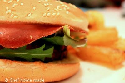 Hamburger speck & grana con Patatine alla Paprika