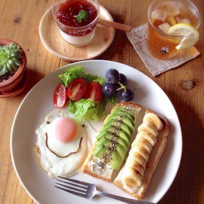 オット(出張中・念のため記載)が居ないと、わざわざ、ごはんを炊かないので、パン率高し。今日も、朝ごはんみたいなお昼。軽くトーストしたイギリスパンに、クリー...
