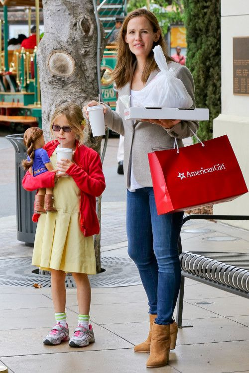 Jennifer Garner so fine.  And look at her daughter she's the one that looks like the movie star.
