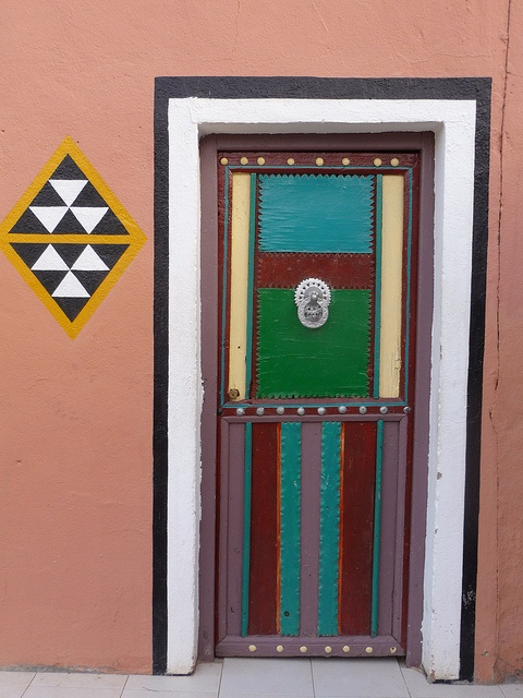 Architecture africaine tafraout maroc porte peinte for Architecture africaine