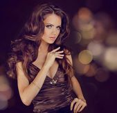 Dama de la moda, sensual mujer morena con pelo sedoso brillante rizado —  Fotos de Stock