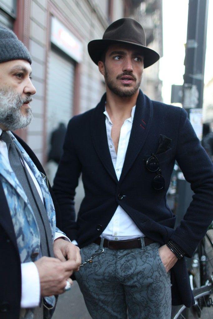 Graue Bosshose mit Taschenkette, schwarzes Sakko oder 'Tuxedo' Jacket