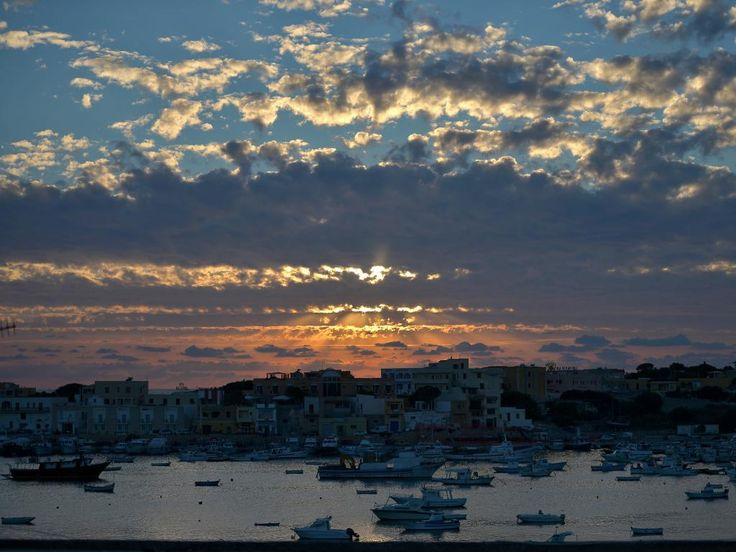 Vrijdag 25 oktober 2013: Zicht op het Italiaanse eiland Lampedusa in de avondzon.