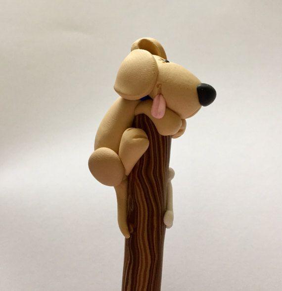 Perro de arcilla de polímero en un bolígrafo de por handmademom