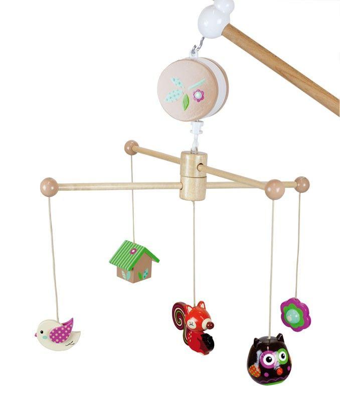 Un mobile musical  très décoratif sur le thème forêt enchantée en bois peint à la main à suspendre. Fourni avec un mécanisme musical et une potence en bois pour fixation horizontale ou verticale. Dimensions : 62 x 48 x 32 cm. Normes CE.