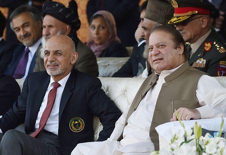 15日、イスラマバードでクリケットを観戦するパキスタンのシャリフ首相(右)とアフガニスタンのガニ大統領(AFP=時事) ▼15Nov2014時事通信|テロ対策協力で一致=アフガン・パキスタン首脳会談 http://www.jiji.com/jc/zc?k=201411/2014111500322