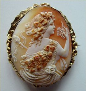Victorian carved shell cameo brooch of Ariadne, wife of the Greek god of Wine, Dionysus - 15k Gold brooch