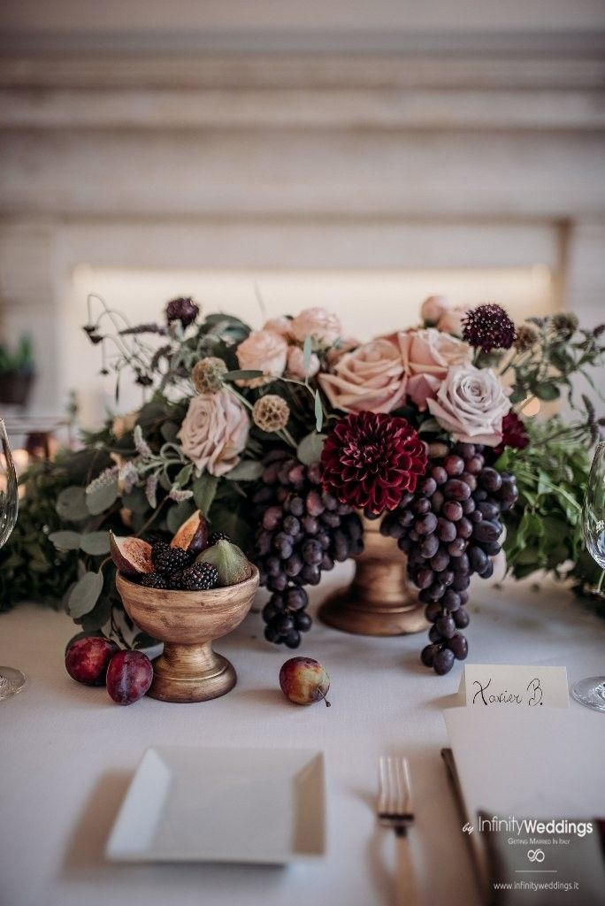 Capri, the famous & glam Italian island, is the perfect frame for an unforgettable Destination Wedding! #capri #destinationwedding #weddingplanner #weddinginitaly #weddingflowers #centerpiece