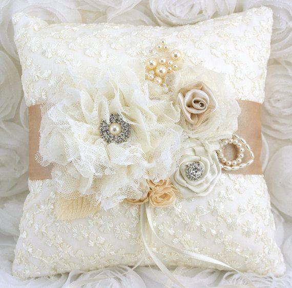 Almohadilla nupcial del anillo portador almohada en marfil y Champagne con encaje, flores hechas a mano y joyas Vintage inspirado