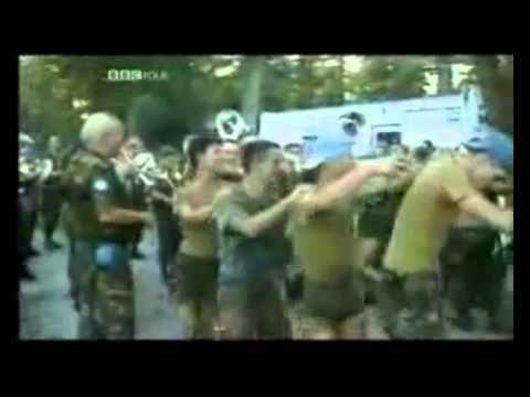 BM tarafından daha sonra madalya ile ödüllendirilen Hollandalı Askerler/Srebrenitsa Katliamı aktörleri; Hollanda Birlik Komutanı Thom Karremans/Savaş Suçlu şu Sırp Komutan Ratko Mladiç/BM'in insan hakları suçları/Face of United Union