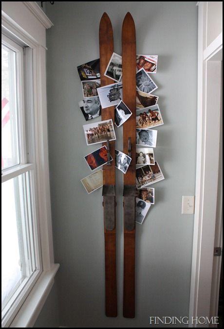 Les vieux ski servent de porte photos, pour vous sentir chez vous rapidement quand vous venez dans votre résidence secondaire. L'idée dépersonnalisée : des cartes postales de paysages en noir et blanc achetées à la boutique de la station de ski / des anciennes photos plus colorées