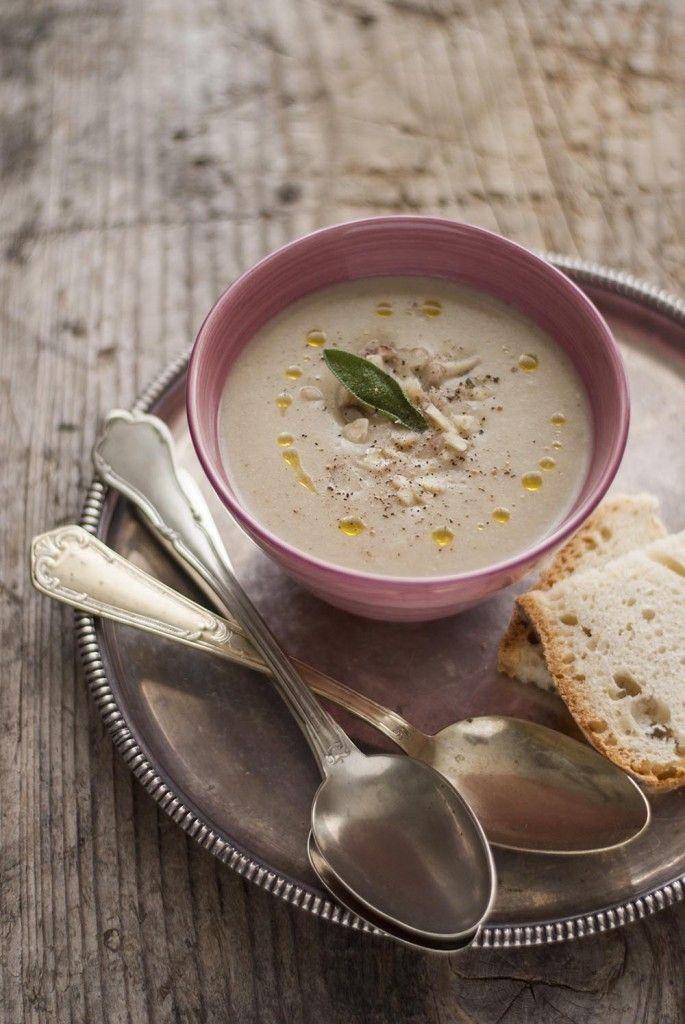 100g di castagne secche 1/2 litro di brodo vegetale 10 g di burro 1 cucchiaio di olio extra vergine 1/2 cipolla media tritata 4 foglie di s...