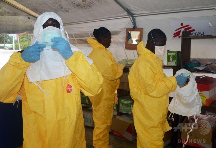 ギニアの首都コナクリ(Conakry)市内にある病院の隔離病棟で、防護服を着る国際医療支援団体「国境なき医師団(Doctors Without Borders、MSF)」のスタッフ(2014年6月28日撮影、資料写真)。(c)AFP/CELLOU BINANI ▼12Aug2014AFP|エボラ出血熱、製薬各社が薬剤開発に全力 http://www.afpbb.com/articles/-/3022889 #Conakry #Doctors_Without_Borders #Medecins_Sans_Frontieres