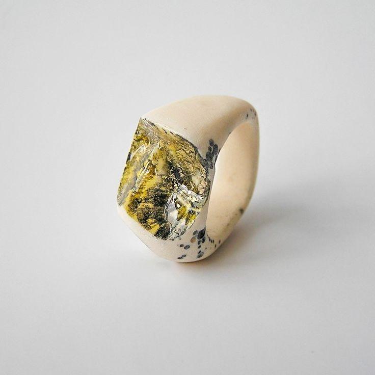 """70 anelli in cenere vulcanica, lava solidificata, resina sintetica, carbonio, osso, oro, plastica. Lui Benas Staskauskas, l'artista di origini lituane che li realizza a mano, li chiama """"performative sculpture"""". Si è recato per un anno in Islanda per lavorare a questa sua prima collezione di gioielli, indagandone la natura incontaminata e selvaggia e la cultura,…"""