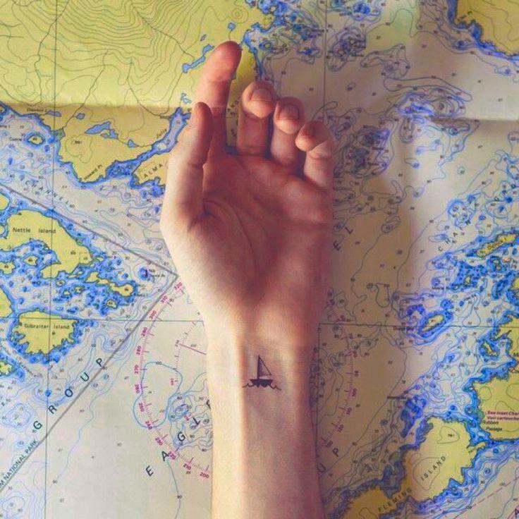 """Mano de una chica con un tatuaje de un velero """"Un mar en calma nunca hizo a un marinero experto"""""""
