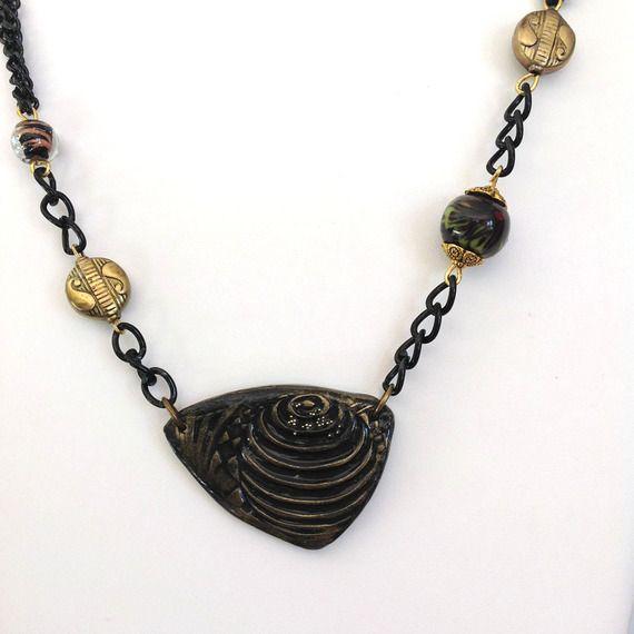 Collier noir, doré, pendentif forme médiator, pâte polymère texturée, perles cuivrées