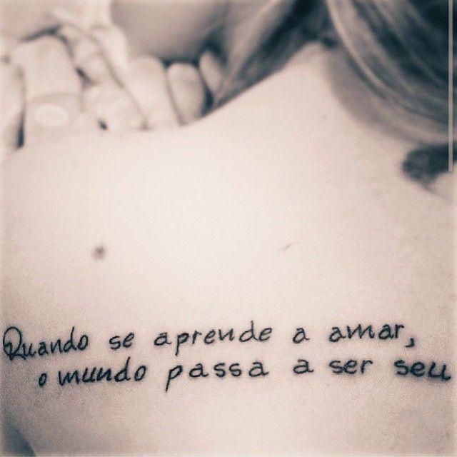 Confira 50 frases de estilos variados para tatuar ou se inspirar na hora de escolher o texto da sua tattoo. Tatuagens escritas em latim, em inglês e mais.