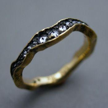 Ruwe zwarte diamanten in een gouden ring...
