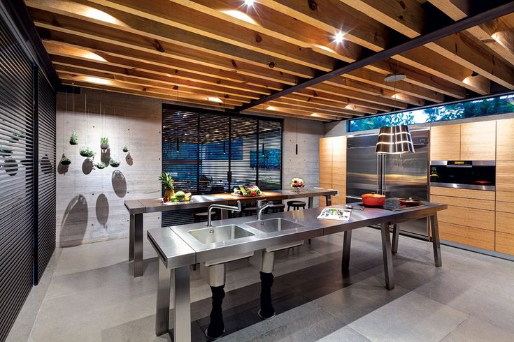 Esta residencia moderna destaca por la fuerte conexión de su arquitectura con el exterior, y logra la sensación de estar protegida por el bosque.