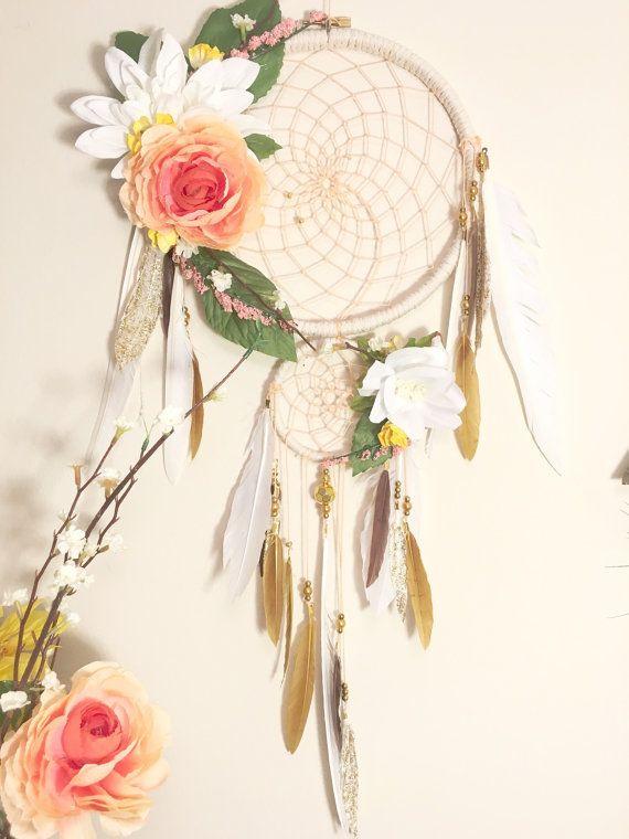 De ziel van de Coral in Bloom is een mooie Dromenvanger vol met heldere kleuren en sierlijke accenten. Ze is gemodelleerd naar de Coral ziel, met een kleurrijke overvloed aan bloemen toegevoegd aan haar de perfecte zomer blik geven.  De twee hoepel ontwerp is eenvoudig en toch elegant en met koraal draad in perfecte symmetrie is geweven. Beide hoepels zijn strak gewikkeld met een crème gekleurde garen macramé. De bloemen toegevoegd naar de hoepel zijn gekoppeld met behulp van een heet…