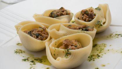 Receta de Conchas rellenas de cordero, calabacín y tomate