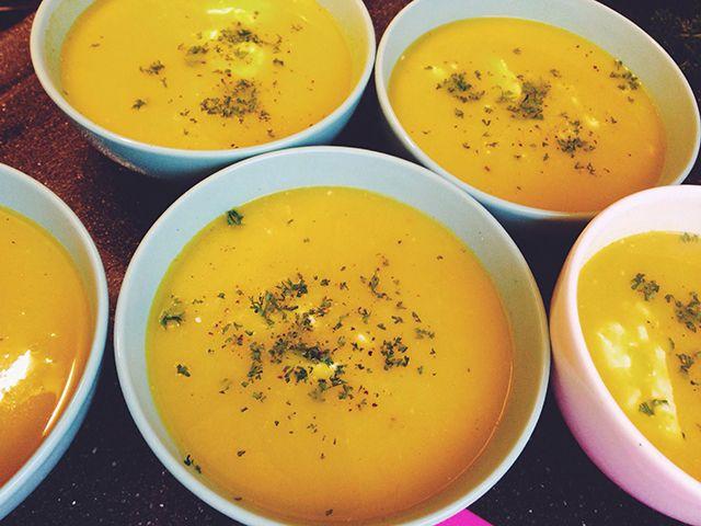 Gele paprikasoep || staafmixer || ui, knoflookteentjes, gele paprika, groentebouillon, kerrie, komijn, eventueel: crème fraîche, verse peterselie en stokbrood
