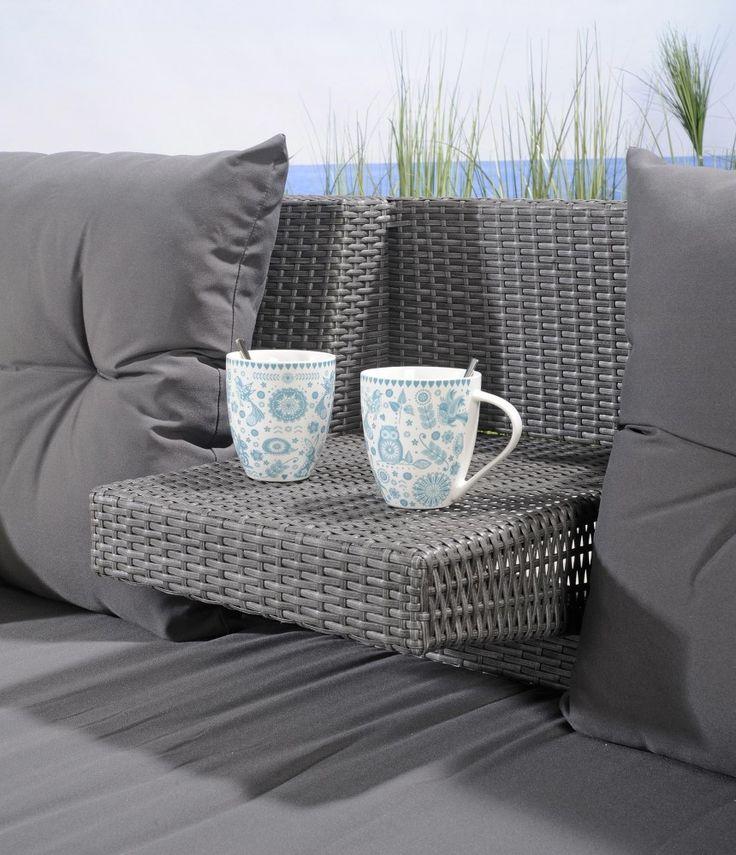 Harmaata litteää polyrottinkia, alumiinirunko. Pehmusteetsisältyvät hintaan.Monikäyttöinen rakenne: ylösnostettava käsinoja/pöytä istuinten...