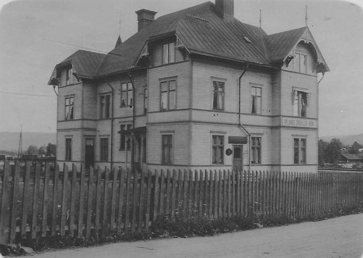 Ånge - Många känner detta hus som Sillerströms eller numera som Crazy House. Förr i tiden var det känt som den Haglundska gården. Huset stod färdigt 1897 och inrymde i början Centralhotellet som också bedrev restaurangverksamhet.  Bilden är tagen omkring 1920 och vid den tiden var det Uplandsbanken som hade sina lokaler i huset.