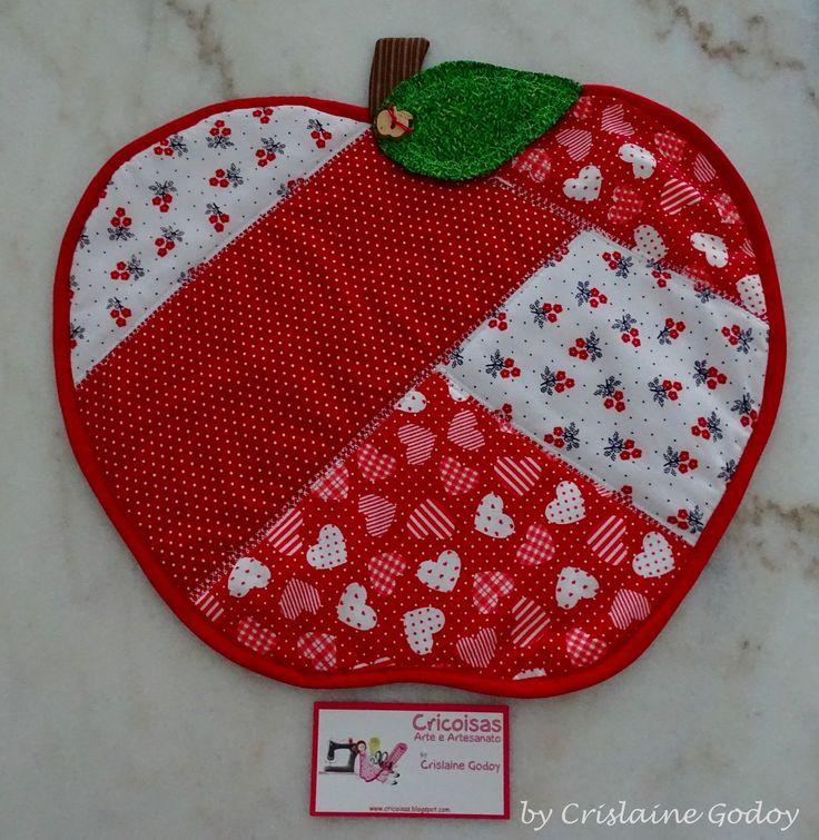JOGO AMERICANO MAÇÃ - Confeccionado em tecido 100% algodão, dupla face, em formato de maçã, revestido com manta acrílica e acabamento em viés. Medidas- 37 cm x 32 cm <br> <br>Obs. O preço é referente a uma peça.