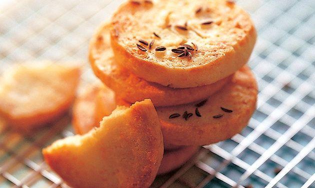 SABLÉS AU GRUYÈRE: Mélanger soigneusement le beurre, le sel, le fromage, l'eau et le jaune d'oeuf. Ajouter la poudre à lever incorporée à la farine ...