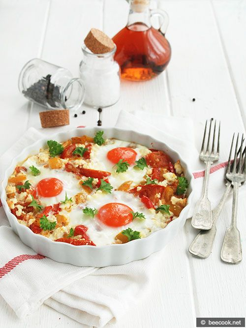Простой пошаговый рецепт приготовления яичницы по-болгарски с брынзой, томатами и сладким перцем.