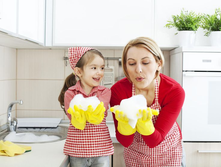 Tovaglie e lenzuola ingiallite? Prendete un grosso recipiente e riempitelo d'acqua. Unite una scatola piccola di bicarbonato e mezzo pacco di sale grosso. Immergete le lenzuola o le tovaglie e lasciate in ammollo tutta la notte. Al mattino fate il solito lavaggio in lavatrice. Ovviamente le quantità sono per grossi tessuti, se avete poche cose, regolatevi che con un litro d'acqua metteremo tre cucchiai di bicarbonato e tre di sale.