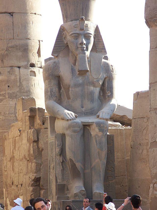 Templo de Luxor, Colossus sentado, Ramsés II. Luxor, Egito.  - Wikipédia, a Enciclopédia Livre.