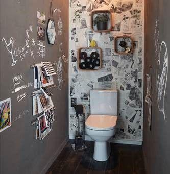 Habillez vos murs d'une peinture tableau gris ardoise et créez-vous un papier-peint personnalisé avec de vieux journaux... en voilà une déco de toilettes originales !