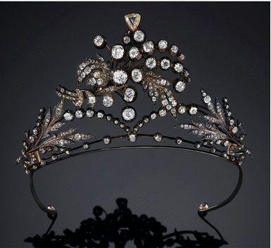 A tiara de diamantes do design foliate pulverização trabalhados aberta, definir todo com esfregou e garra-set em forma de almofada, circular de corte e diamantes rose set-pinça.