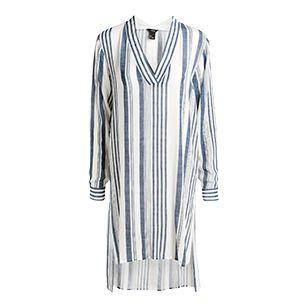 Enkelt og stilrent på sitt beste. Denne skjortekjolen med vakre striper, inspirert av tyrkiske bad, utstråler en avslappet og chic følelse. Match til espadriller for et av sommerens herligste antrekk.   - Lengre bak  - V-utringet hals  - Lange ermer med knapping  - Splitt i siden  - Luftig, rynket vevd viskose  - Lengde 112 cm i str M  Ikke kjemisk rens Materiale: 100% Viscose Artikkelnummer: 7301251 Kan krympe 3-5%